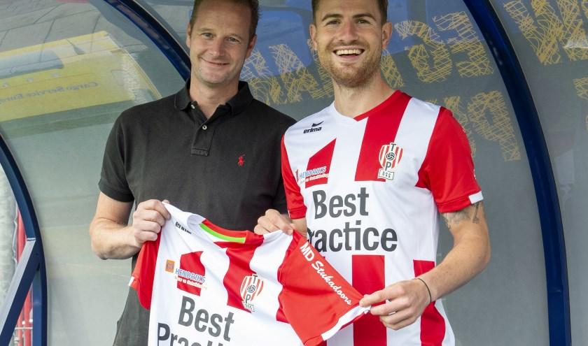 Aanvaller Cas Peters (26) komt de gelederen van TOP versterken. Hij tekent voor twee seizoenen. Ook een nieuwkomer, niet in het shirt maar erop: mouwsponsor MD Stukadoors van Martijn Damen (links).