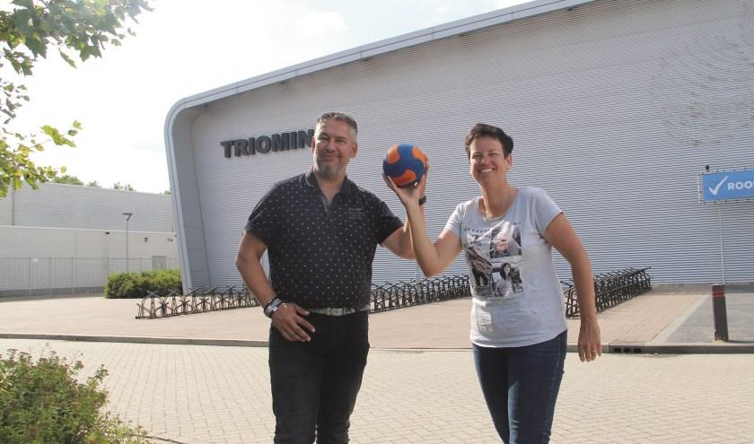 Voorzitter Karin Wanink van Handbal Vereniging Duiven en haar beoogde opvolger Emile Hartskeerl.