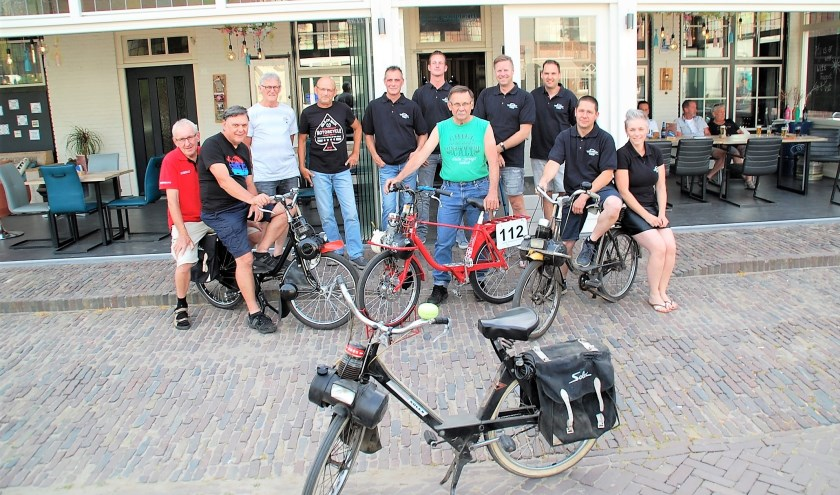 De organisatie achter de jaarlijkse Solexrace, alleen Yvonne Aerts ontbreekt. Op 27 augustus gaat het spektakel voor de 40e keer los.