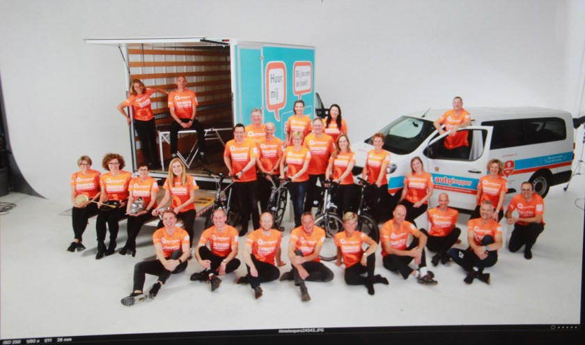 Het team van de Almeloopers dat in 2019 aan de Roparun deelnam en ruim 63.000 euro inzamelde (foto: studio Smit)