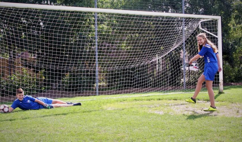 De voetballende tweeling van ASH. Keeper Jesse Bambacht keert in de uiterste hoek het schot van tweelingzus Carlijn. (Foto: Arno voor de Poorte)