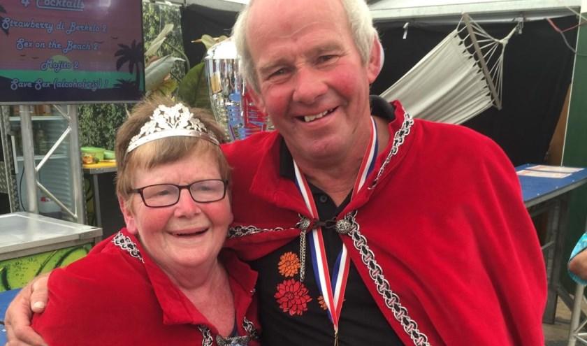 Gerrit Hoenink schoot zich tot Koning bij het vogelschieten. Links zijn trotse echtgenote Gerda.
