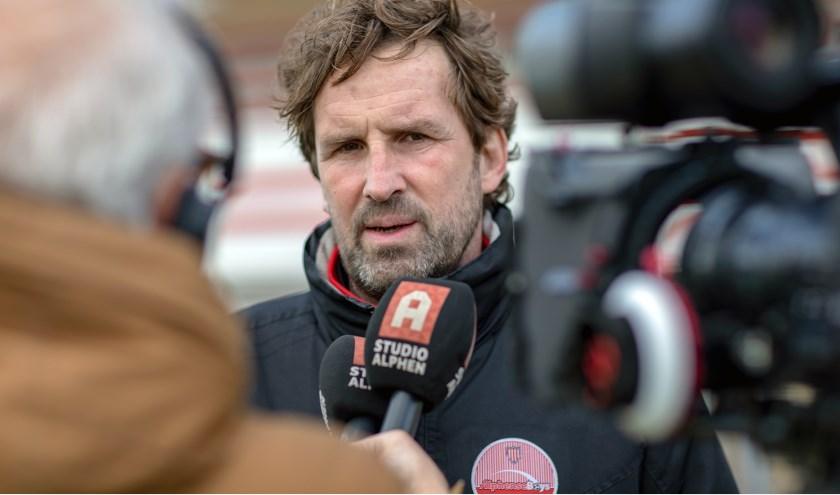 Trainer Hein van Heek wordt geïnterviewd. Foto: Gerrit Spruijt