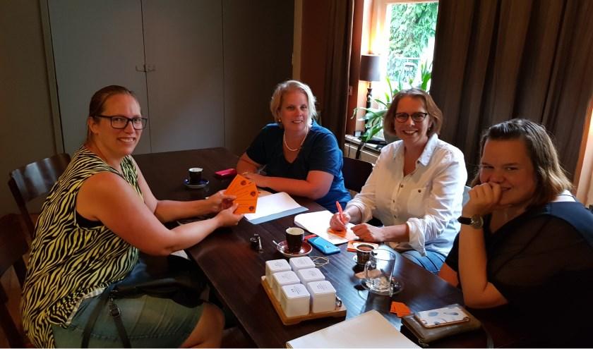 Bianca te Beest (vlnr) schrijft zich in voor het vogelschieten bij Hanneke Glazenburg, Jacqueline Wiechers en Anne Korten.
