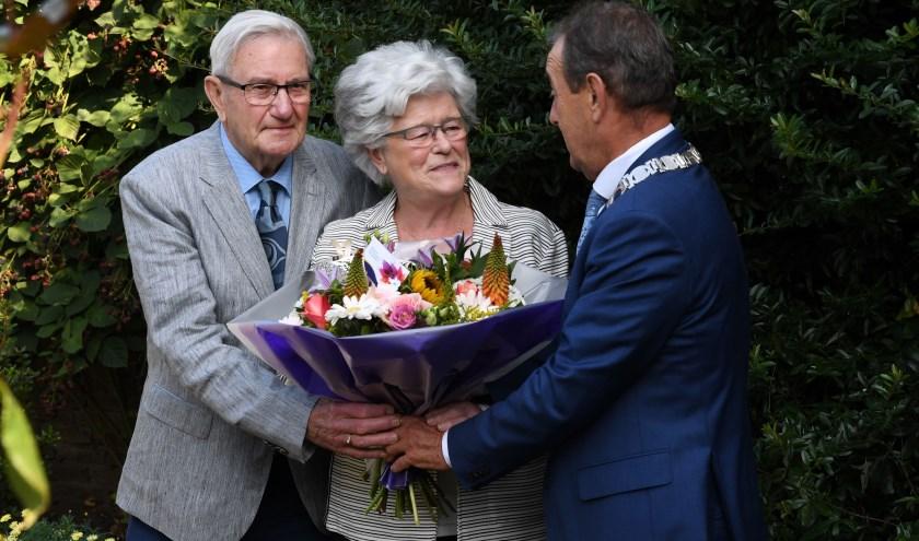 De burgemeester feliciteert het bruidspaar. Foto: Jan Stads/Pix4Profs