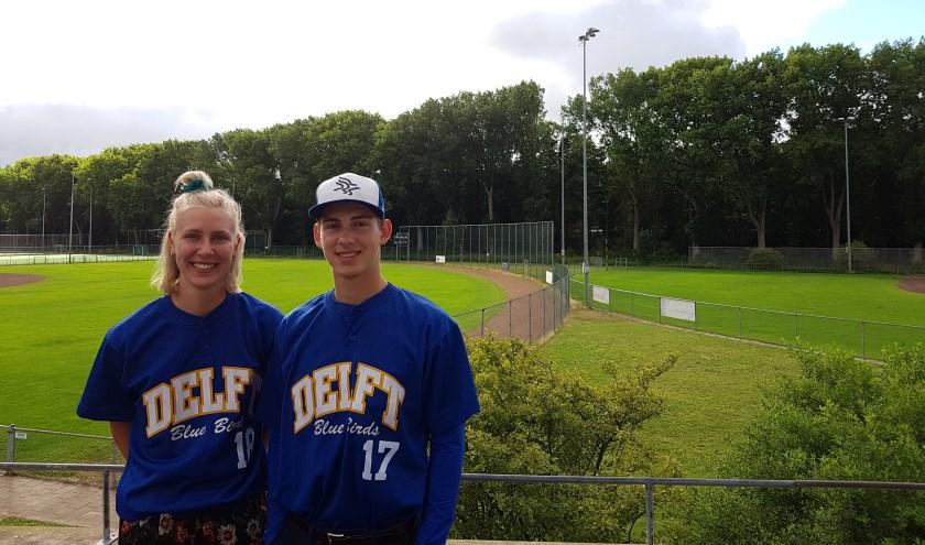 Anna (links) en Sam (rechts) spelen inmiddels al jaren voor het Delftse Blue Birds (foto: Stan Wagtman)
