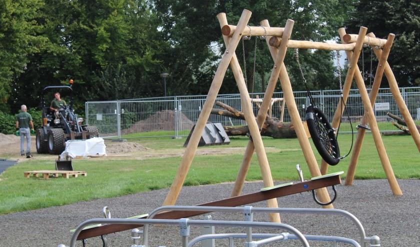 Er wordt gewerkt aan het plaatsen van de speeltoestellen. Foto: Eline Lohman