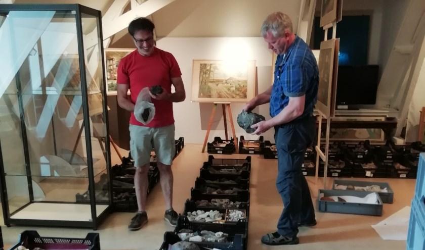 Gerard Doornbos en Jan-Willem Wissink staan voor de taak om te bepalen welke geologische vondsten er straks een plekje zullen krijgen in de tentoonstelling.