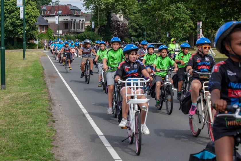 Het peloton onderweg tijdens Ome Joop's Tour. Wegens de extreme hitte werd een etappe geschrapt.