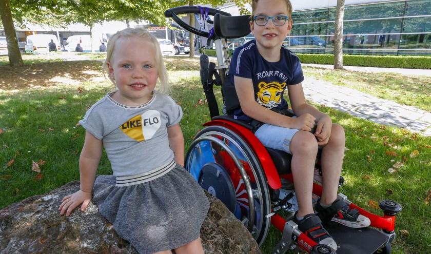 Quinten met zusje Yulin. Beiden hebben recht op een zo normaal mogelijk gezinsleven. Een nieuwe rolstoelbus maakt dat een stuk makkelijker. FOTO: Bert Jansen.