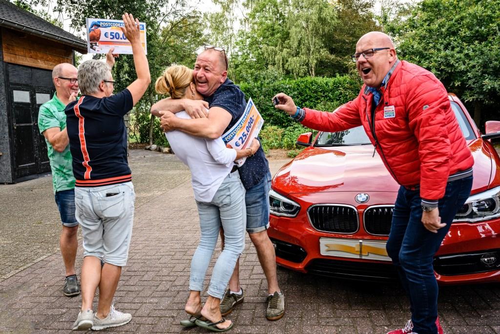 """Pieter (53) en zijn vrouw Annemarie winnen 25.000 euro én een gloednieuwe auto. Ze reageren geëmotioneerd: """"Wat fijn! We hebben een vijver achter ons huis: dat is ons paradijs. Dat plekje kunnen we nu nog mooier maken."""" Roy Beusker Fotografie © DPG Media"""