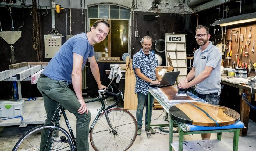 Tijdelijke ondernemers in het Senzoracomplex. Rechts  Ivo Wewer, die het leegstandsbeheer uitvoert namens IJsselwonen. (foto Auke Pluim)