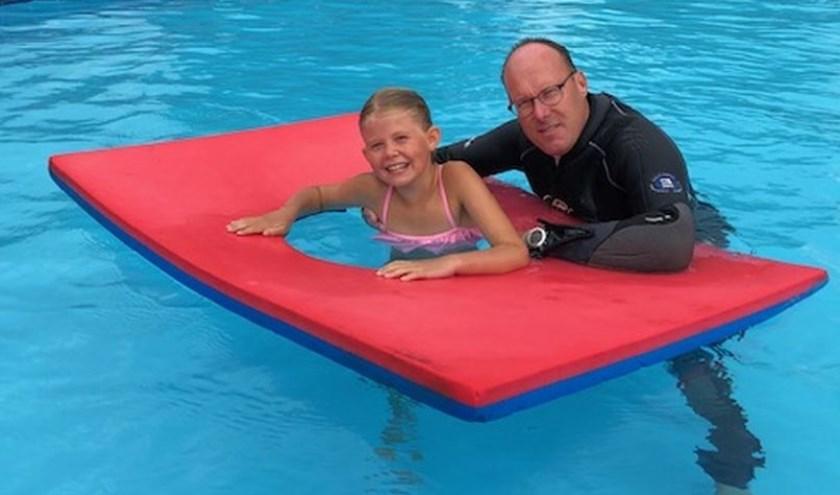 Chelsy krijgt gratis zwemles van Patrick Moison van Zwembad Stelleplas.