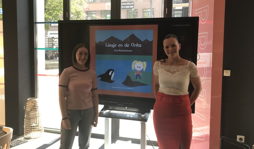 Suzanne Rommens (l) en Lisa Roosenboom (r) presenteerden hun nieuwe kinderboek 'Liesje en de Orka' afgelopen zaterdag in de Bibliotheek VANnU. Het boek is geschikt voor peuters en kleuters.