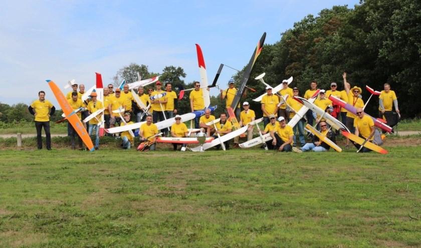 Modelvliegers uit Nederland en België gaan in drie manches uitmaken wie dit jaar de grote cup mee naar huis mag nemen.