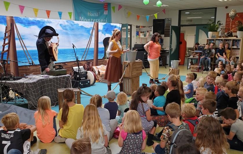 De leerlingen van het Montessori Kindcentrum genieten op de eerste schooldag van de voorstelling (F)linke soep, gespeeld door acteurs van Boomgaard Theaterproducties.