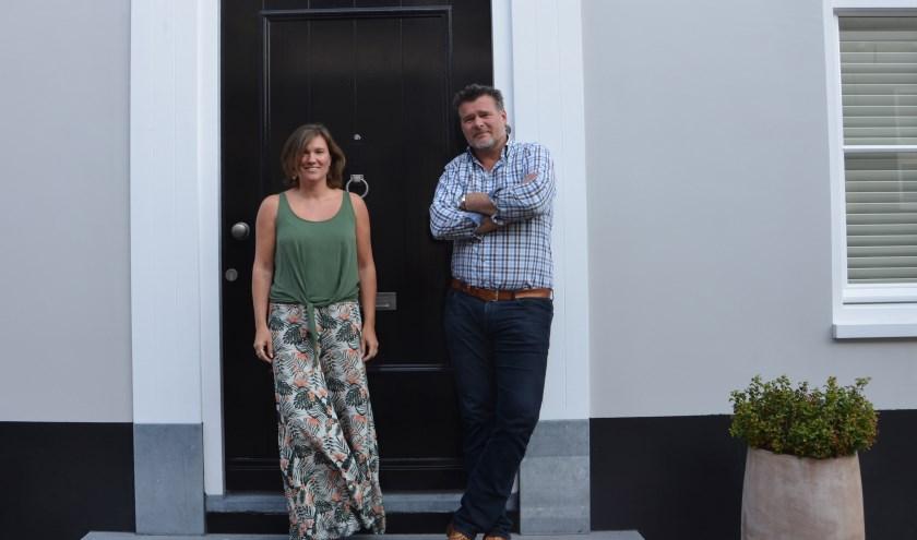 Veroni en Vincent Feenstra voor het huis dat de sfeer van de straat ademt. FOTO: Ben Blom