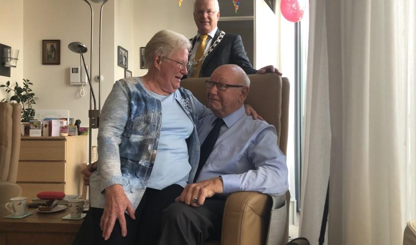 Ank en Bert Veldhuijzen samen met loco-burgemeester Marcel Fluitman. FOTO en tekst: Lydia van der Meer