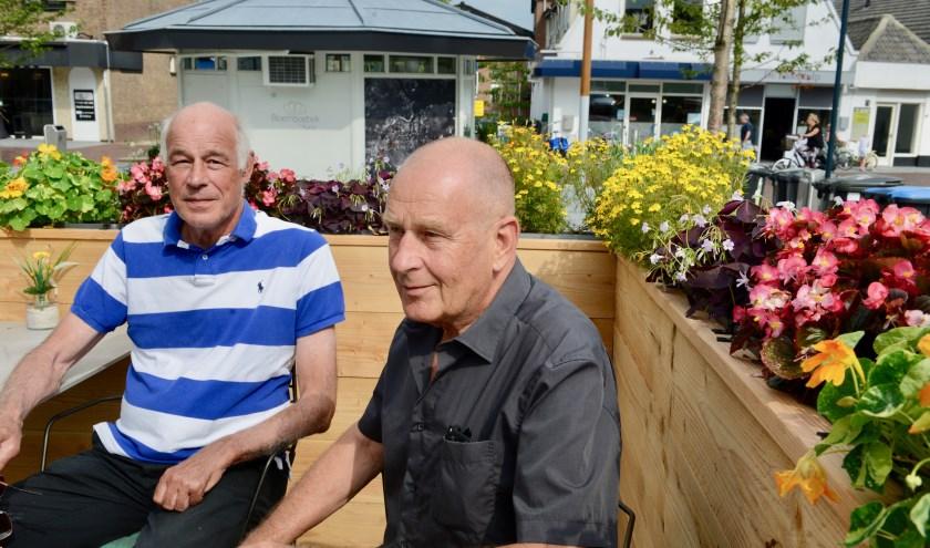 Op het terras van restaurant Lust in Geldermalsen is voorzitter Klaas Versteegh (l) in gesprek met Willem Bloemen over congres VCG.