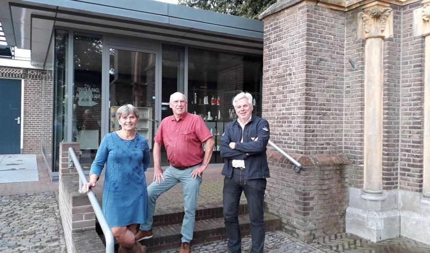 """Bart Overbeek temidden van Emmeke en Eelco Oost: """"Er is best veel verloop maar het is hier nog steeds leuk wonen."""" (foto: Ceciel Bremer)"""