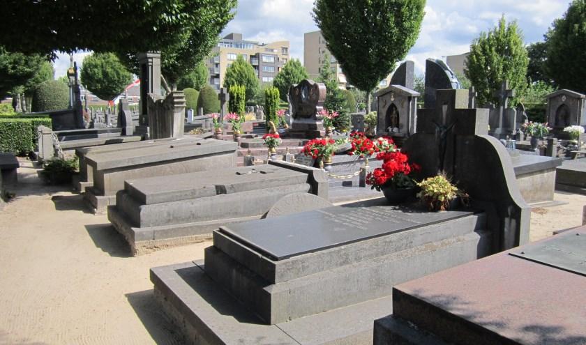 Nabestaanden die opheldering kunnen geven over het graf van hun dierbaren kunnen een e-mail sturen naar de administratie van het kerkhof: kerkhof@parochiewillibrordus.nl of bellen naar 0412 -856410.