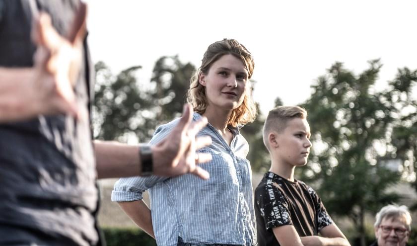 Julia luistert aandachtig naar Jasper Verheugd tijdens de kick-off. Daar gaf zij de aanwezigen samen met Jan Tekstra een voorproefje van de voorstelling. (foto: Willem van Walderveen)