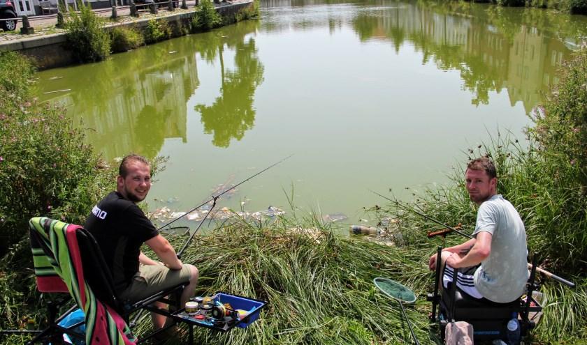 Het is zo'n 35 graden en de mussen vallen van het dak, maar Rick en Stefan gingen zelfs met het tropische weer van laatst vissen.