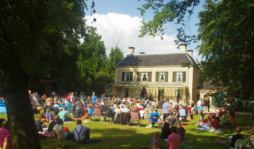 Bij mooi weer zijn de openluchtdiensten op de Schellerberg altijd populair bij publiek. (foto: Wim Eikelboom)