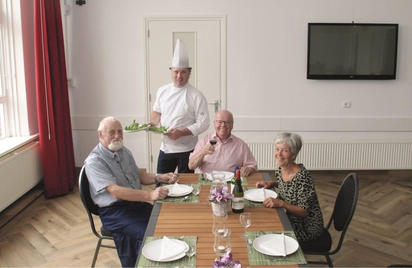 V.l.n.r. Hans Berkenbosch, Johnny Raasing, Ton de Vos en Diny Moorman willen in september beginnen met tweewekelijkse dorpsdiners voor senioren in het Dorpshuis in Groessen.