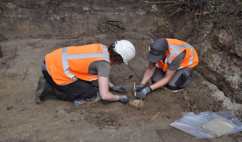 Mensen denken soms dat archeologen  Els Coppens en Juanita Kiburg alleen met borsteltjes en troffeltjes in de weer zijn. FOTO: Anneke Flikweert