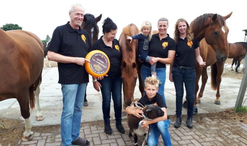 Jos en Barbara van Klink met hun dochters Eva en Iris en de kleinkinderen Roos en Sem (met zijn schaap Erik).