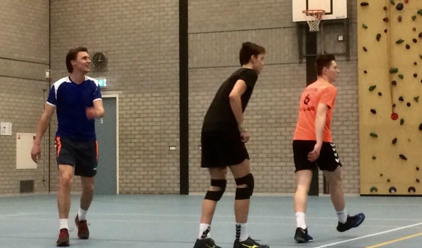 Hugo Rijken, links in beeld, plakt er een seizoen aan vast bij zijn club VCV (Foto: Sanne Westerterp)