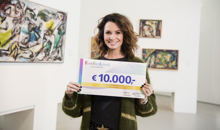 BankGiro Loterij-ambassadeur Leontine Borsato met de cheque van10.000 euro.