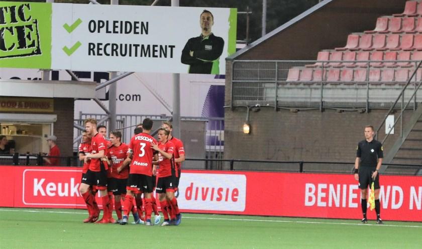 De spelers van Helmond Sport vieren een feestje: Dean Koolhof heeft zojuist de 1-0 binnen gekopt.