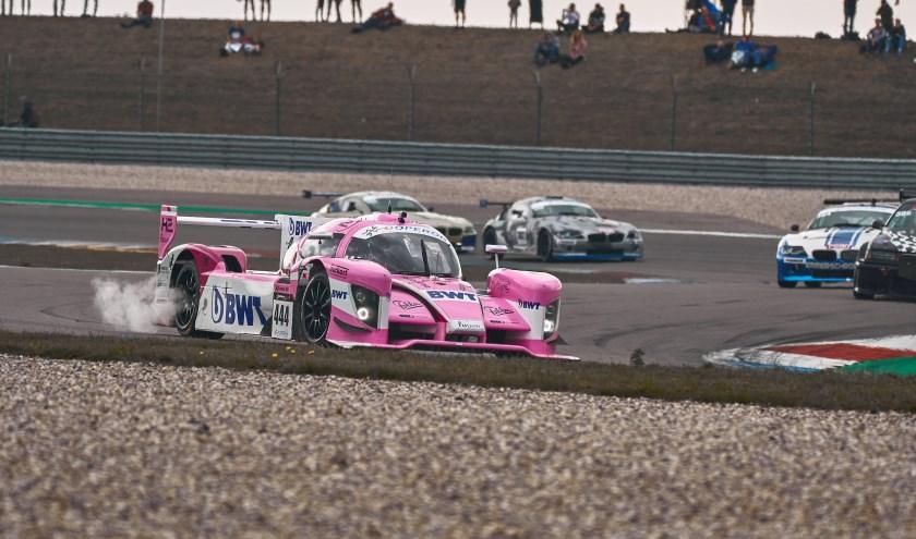 De roze Forze VIII racewagen.