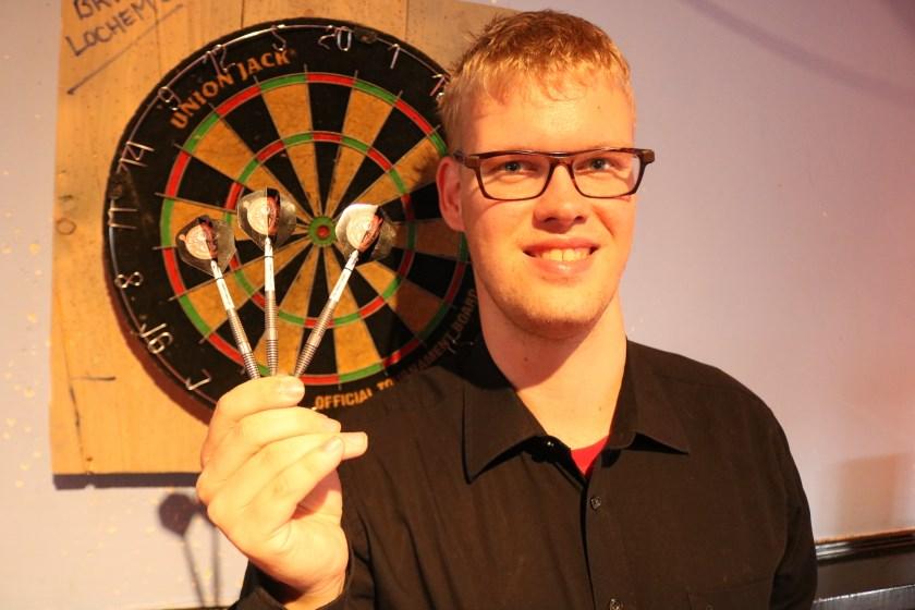 Matthijs Wissink speelt iedere dag dart, onder andere in café H2O. (Foto: Arjen Dieperink)