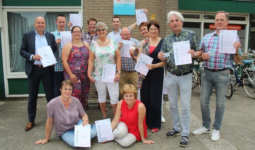 Dertien IJsselsteinse Rode Kruisleden zijn trots op hun behaalde certificaat, waarmee ze aan de strengste eisen voldoen. (Foto: Lysette Verwegen)