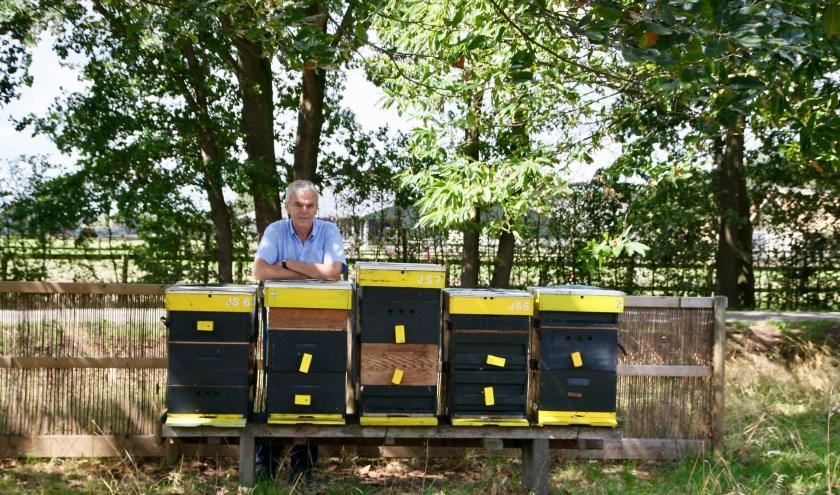 Bijen hebben te lijden van de enorme schommelingen in de buitentemperatuur, aldus hobbyimkerJos Schut.