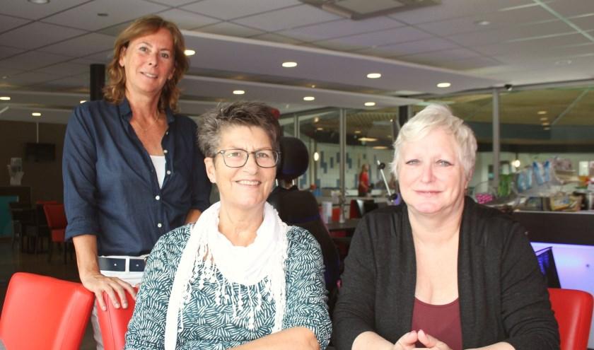 Joke de Bruijn en Marjolein Makkink, gesteund door zwembadmanager Miranda Bakkenes, zwemmen ook tegen ALS. (Foto: Lysette Verwegen)
