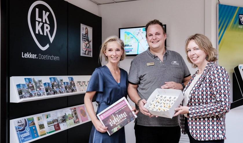 V.l.n.r. Esther Ruesen, directeur VVV Doetinchem, Hugo Schaank, marketingmanager Landal Stroombroek en Ingrid Lambregts, wethouder gemeente Doetinchem bij de Lekker. Doetinchem inspiratiewand. (foto: Jan van den Brink)