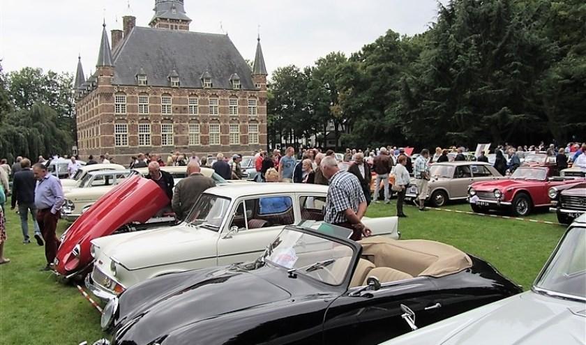 In de kasteeltuin in Wijchen staan op 8 september de mooiste oude voertuigen.