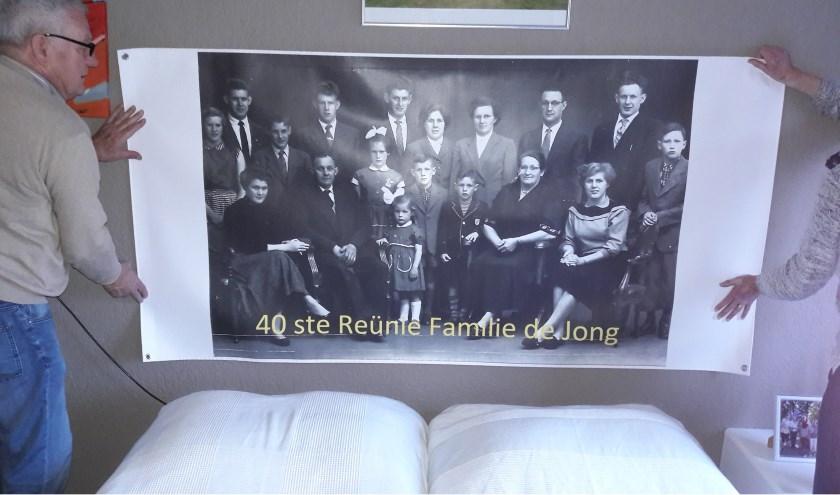 De voltallige familie De Jong in de jaren dat ze nog allemaal in Enschede woonachtig waren.