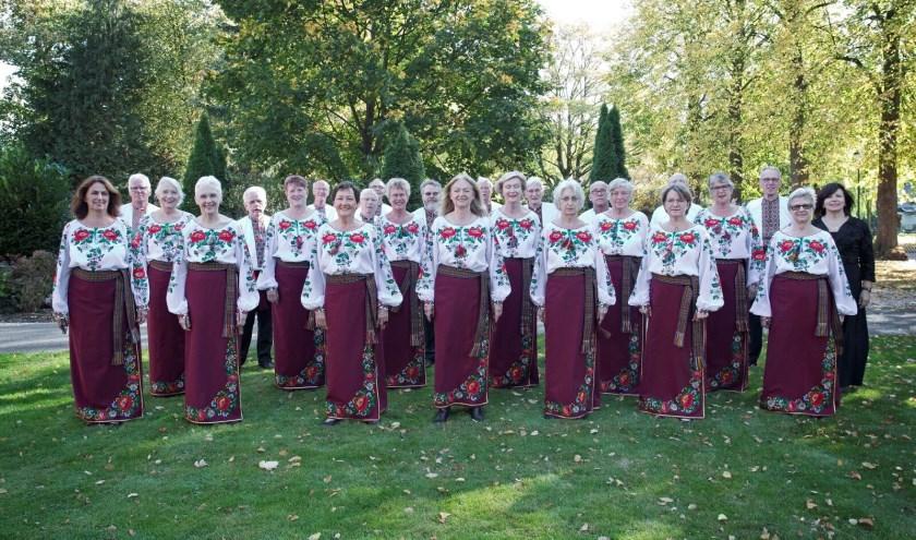 koor in folkloristische outfit