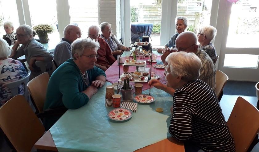 Deelnemers van de koffieochtend voor ouderen in Hummelo vierden samen het 1-jarig bestaan. (foto: Ceciel Bremer)