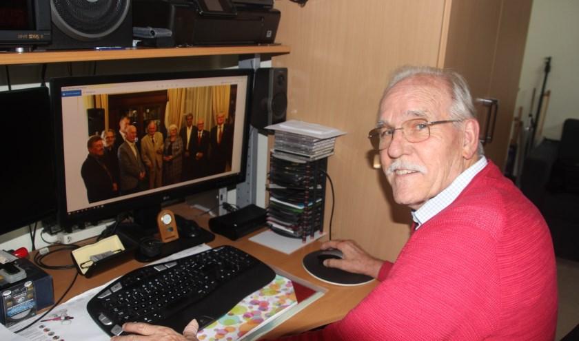 Martin van Rossum aan het werk met zijn filmbeelden van de onderscheiding van Ab Gietelink