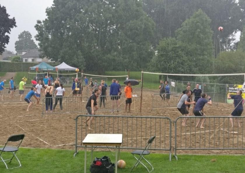 Het toernooi op het strandje bij natuurbad De Waaij in volle gang.