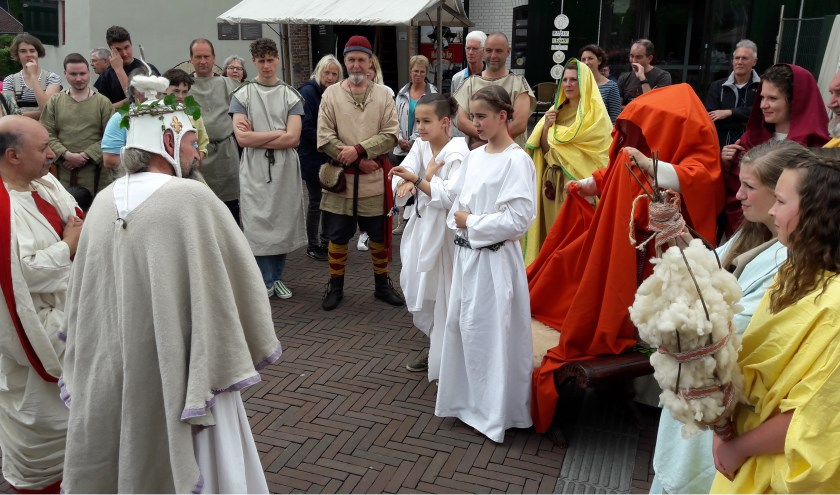 In mei werd een Romeinse Bruiloft nagespeeld op het Molenaarsplein