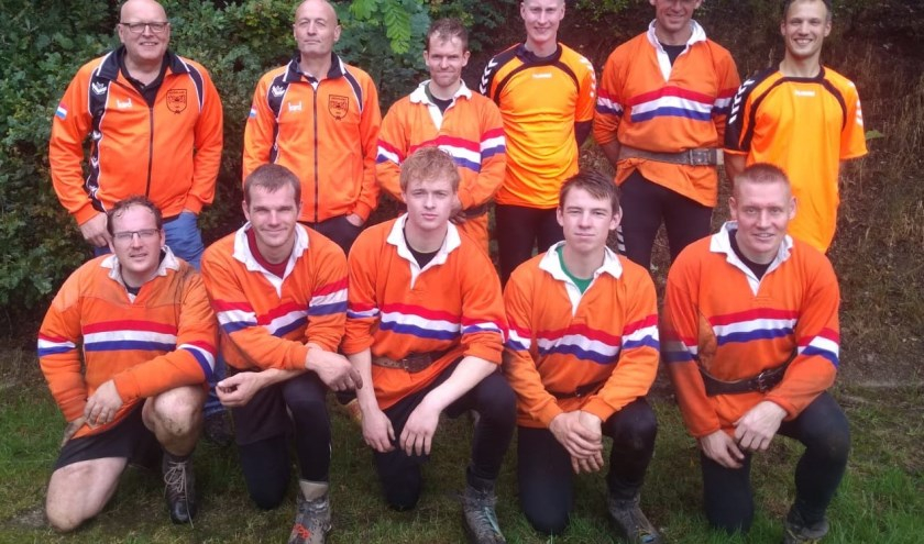 Onderste rij v.l.n.r. Thomas Harink, Mathijs Harink, Robert Morskieft, Leon Nijhof en Ronald Hengelman (allen Oele). Achterste rij v.l.n.r. Wim Morskieft (coach), Martin Morskieft (begeleiding), Geert-Jan Breukers (allen Oele), Ricco te Kaat (Eibergen), André Wansink (OKIA) en Rudie Lammers (Eibergen).