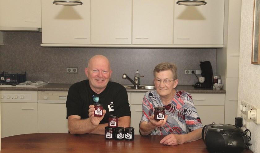 Wilfred van Manen en Riet 'Oma Jam' Bodd tonen de potjes jam.
