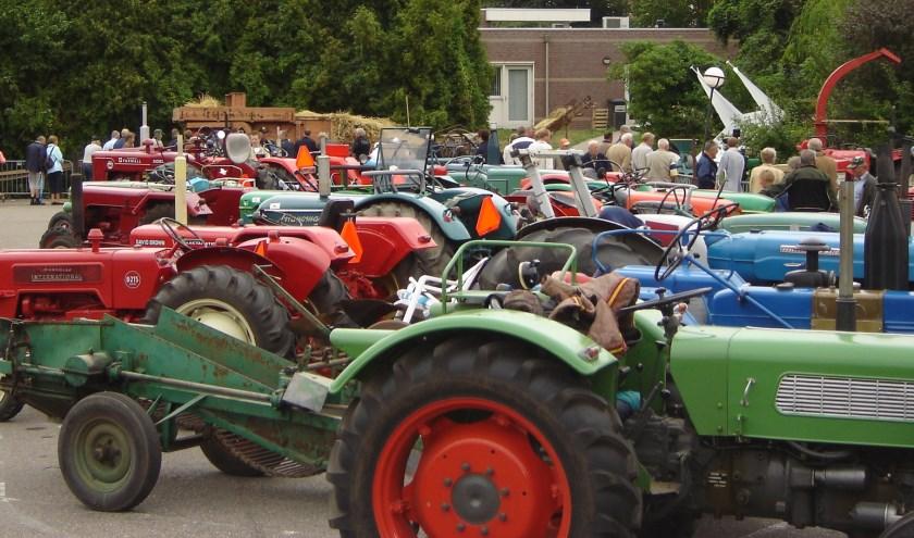 In de Domineesteeg, langs de Groenloseweg en rond de muziekkoepel zal het vol staan met oude werktuigen en tractoren.